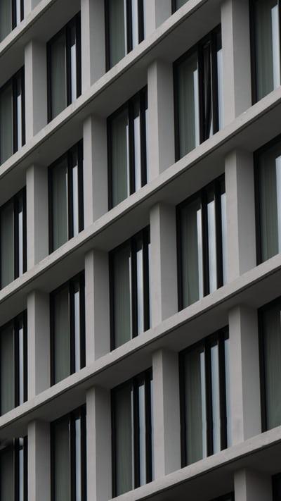 Pourquoi le métal intègre de plus en plus les maisons design?